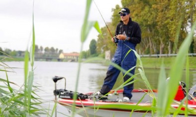 Luca Quintavalla mentre pesca a Casting