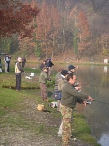 Pescatori a spinning al nuovo lago maggiore