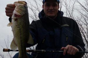 Luca Quintavalla cattura un bass in Inverno
