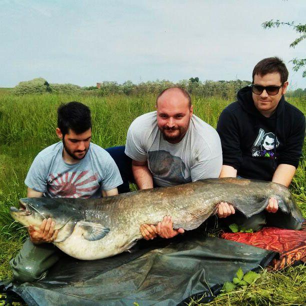 Primorsky Krai che pesca sullo specchio fluviale