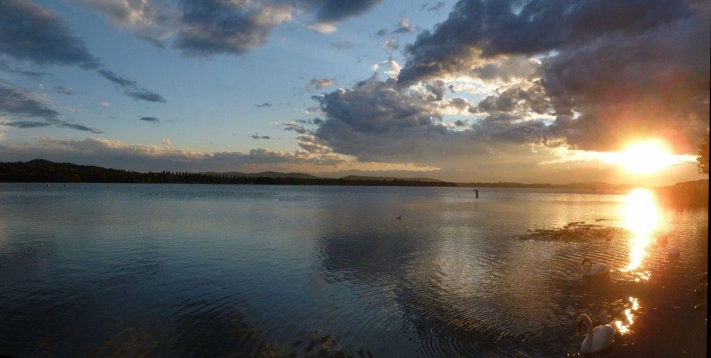 lago di varese al tramonto