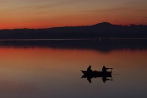 pescatori-al-tramonto-sul-lago-di-pusiano