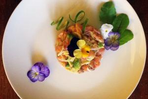Tartar-di-salmone-affumicato-con-avocado-e-cipollotti