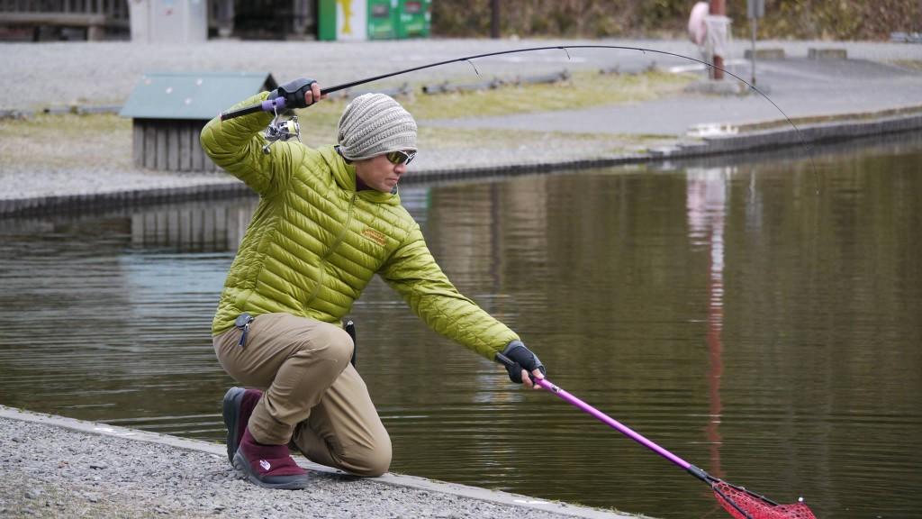 Hosono Masahito mentre pesca a trout area