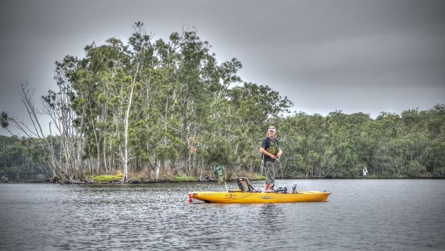 Pescare in piedi con il kayak
