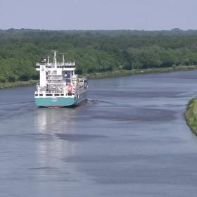 canale-di-kiel-navigazione-fluviale-nave-portacontainer-trasporto-merci