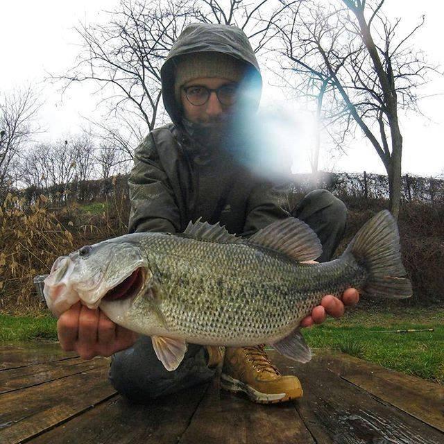 Bass fishing sotto la pioggia